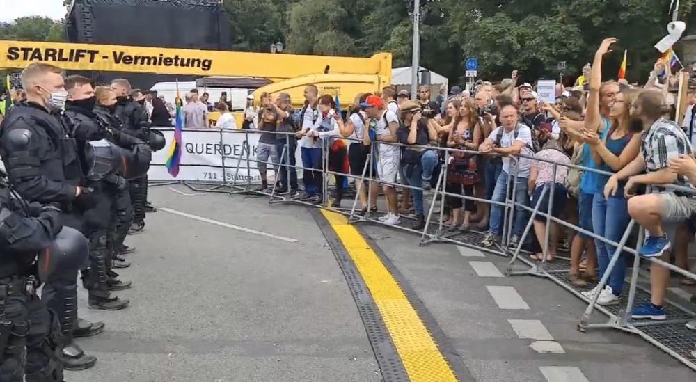 Les policiers envoyés au rassemblement de Berlin ont enlevé leurs casques en solidarité avec le peuple.